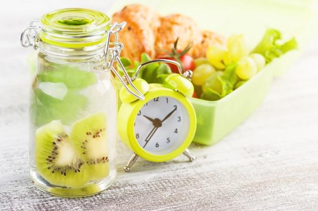 Serrure d'alarme verte et boîte à lunch Photo Premium