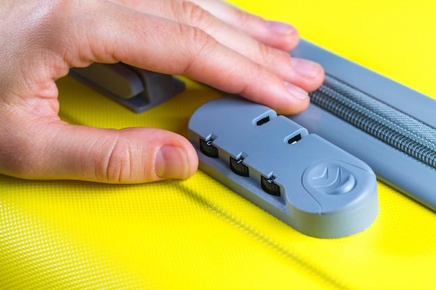 Serrure à combinaison sur une valise jaune pour les voyages. Photo Premium