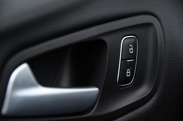 Serrure électronique sur la porte de la voiture pour protéger les enfants des portes qui s'ouvrent Photo Premium