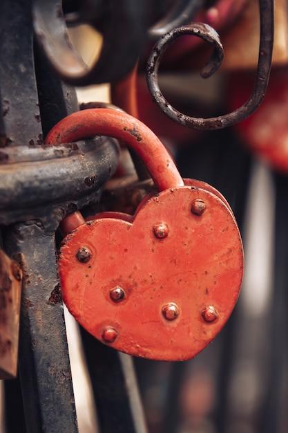 Serrure En Forme De Cœur Rouge Sur Une Balustrade Forgée Photo Premium