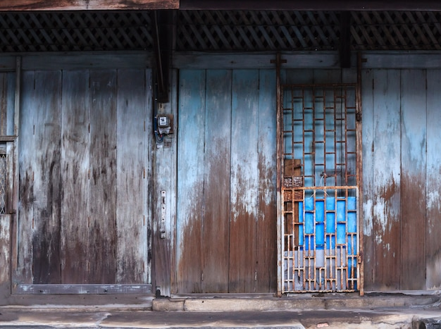 Serrure à glissière et porte en bois rétro vintage Photo Premium