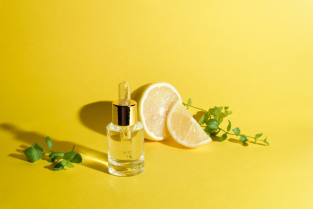 Sérum Visage Aux Agrumes Citron Et Vitamine C Dans Un Flacon En Verre Avec Une Pipette Sur Fond Jaune Photo Premium