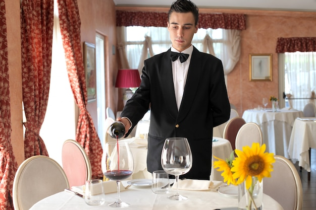 Serveur servant du vin Photo Premium
