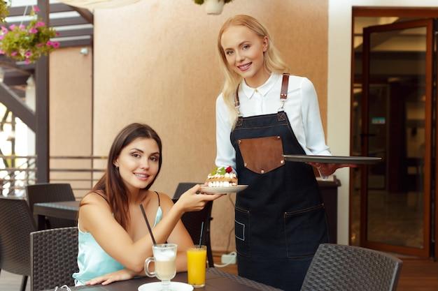 Serveuse aidant un client dans un café Photo Premium