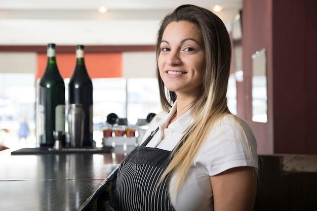 Serveuse au bar Photo gratuit