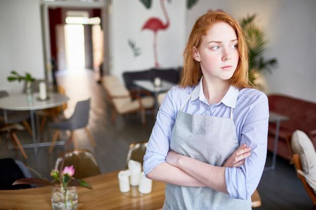 Serveuse au café Photo gratuit