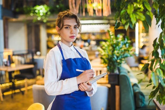 Serveuse au restaurant Photo gratuit