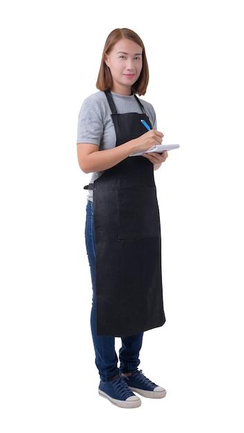 Serveuse, livreuse ou servicewoman en chemise grise et tablier isolé sur fond blanc Photo Premium