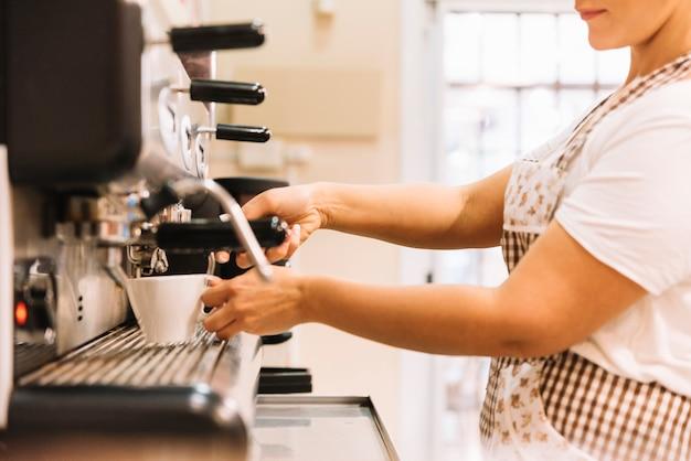 Serveuse préparant un café Photo gratuit