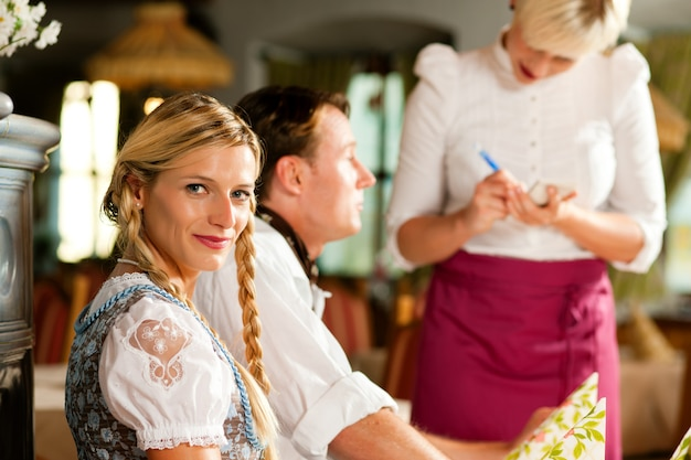 Serveuse servant un restaurant bavarois Photo Premium