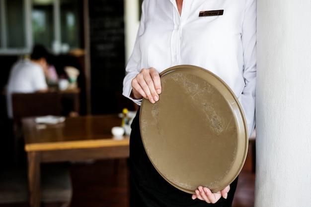 Serveuse travaillant dans un restaurant d'hôtel Photo gratuit