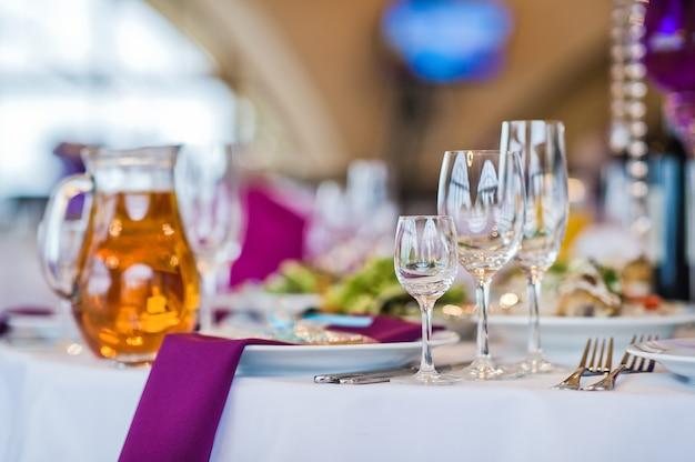 Servi à table ronde, dîner dans un restaurant de luxe Photo Premium