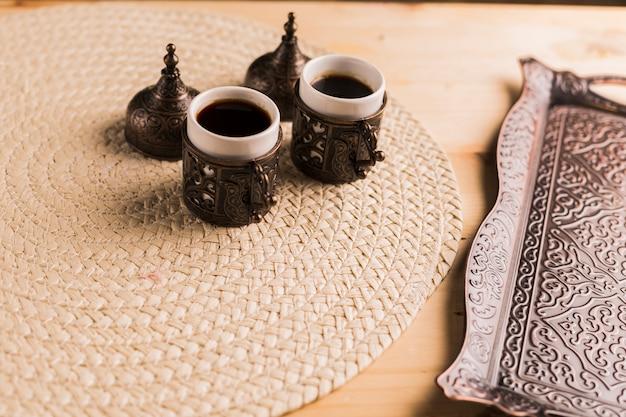 Service à café du plateau et deux tasses de café Photo gratuit