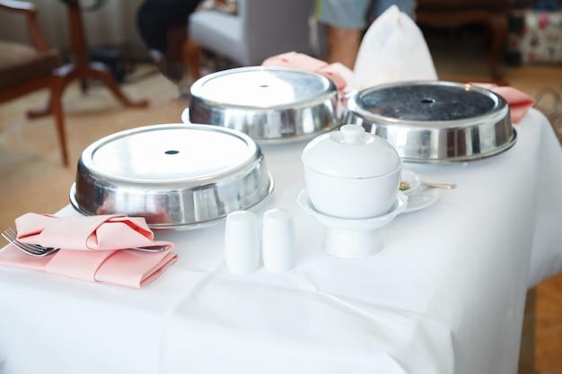 Le service en chambre (repas en chambre) est le service de livraison de nourriture et de boissons de l'hôtel. Photo Premium