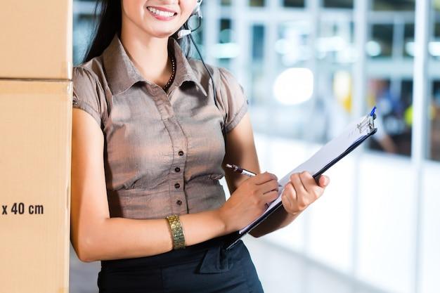 Service client dans un entrepôt logistique asiatique Photo Premium