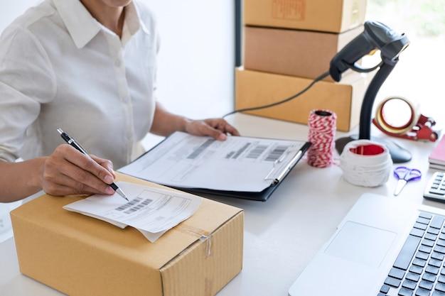 Service de livraison aux propriétaires d'entreprise et boîte d'emballage fonctionnelle, ordre de vérification du propriétaire de l'entreprise Photo Premium