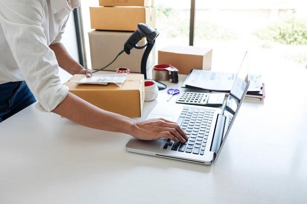Service de livraison aux propriétaires de petites entreprises et boîte d'emballage fonctionnelle, ordre de travail du propriétaire de l'entreprise Photo Premium