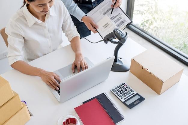 Service de livraison aux propriétaires de petites entreprises et boîte d'emballage fonctionnelle Photo Premium