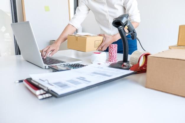 Service de livraison pour le propriétaire d'une petite entreprise ou une pme et emballage de travail Photo Premium