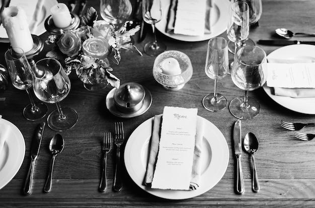 Service de réglage de table de restaurant élégant pour réception avec carte de menu Photo Premium