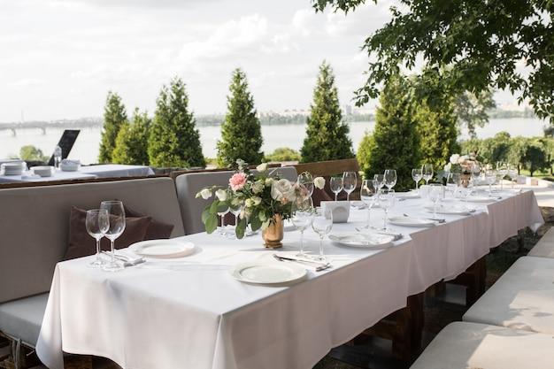 Service De Table De Mariage Décoré De Fleurs Fraîches Dans Un Vase En Laiton Photo Premium