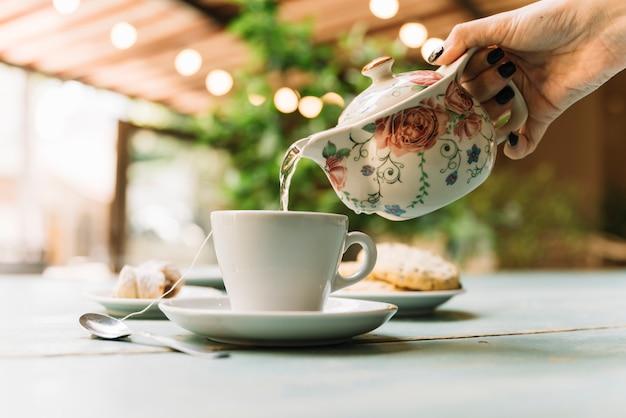 Service de thé à la main Photo gratuit