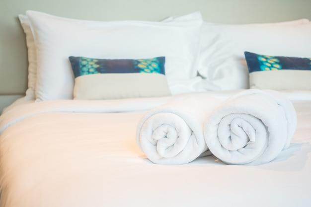 Serviette blanche sur le lit Photo gratuit
