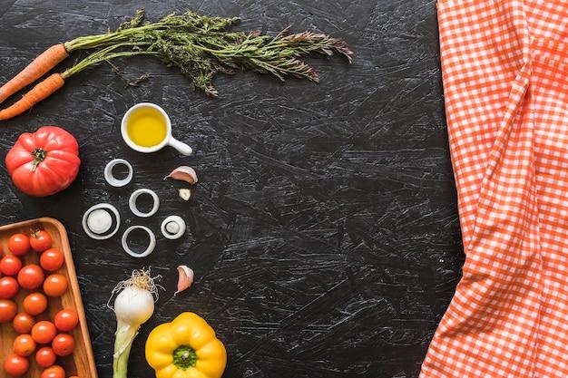 Serviette à Carreaux Et Ingrédients Sur Le Plan De Travail De La Cuisine Photo gratuit