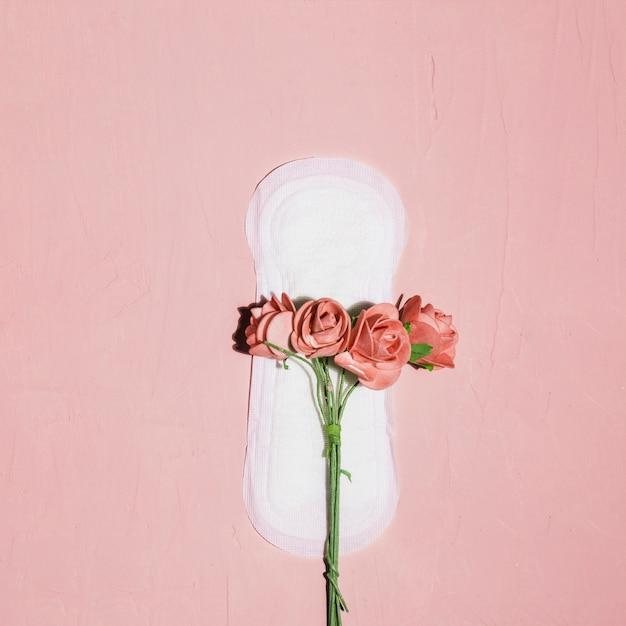 Serviette hygiénique vue de dessus avec fleurs Photo gratuit