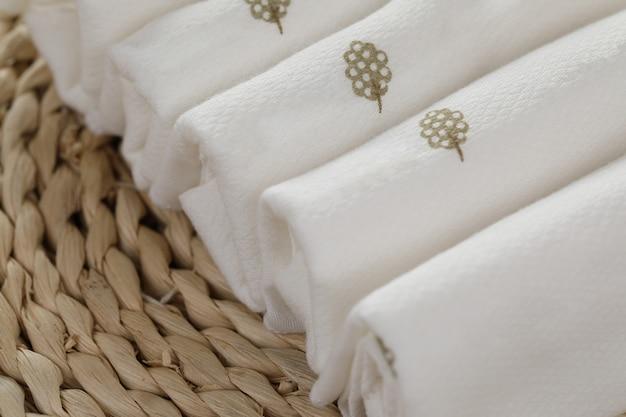 Serviette de restaurant blanc vierge mock up, isolé. modèle de conception de maquette serviette textile plié clair. superposition d'identité de marque de café pour la conception de logotype. serviette en tissu de coton. Photo Premium