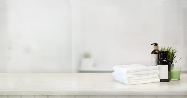 Serviettes et accessoire de spa sur la table en marbre Photo Premium