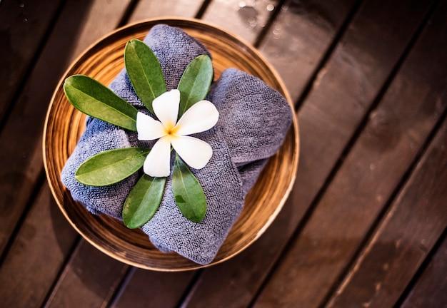 Serviettes de bienvenue décorées de fleurs de plumeria Photo gratuit