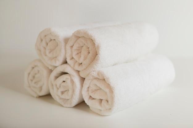 Serviettes blanches empilées Photo gratuit