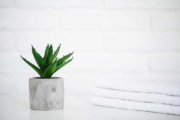 Serviettes blanches sur une table blanche avec espace de copie sur la salle de bain Photo Premium