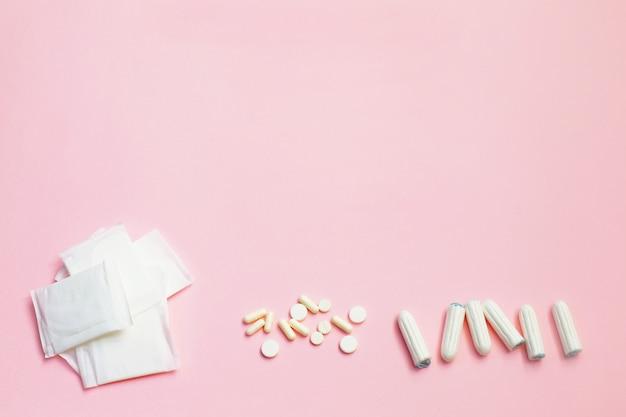 Serviettes hygiéniques et feuilles absorbantes sur fond rose Photo Premium