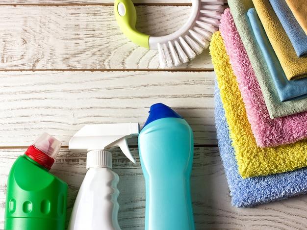 Serviettes en microfibre colorées, agent nettoyant, spray et pinceau sur Photo Premium