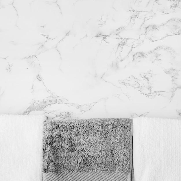 Serviettes noires et blanches sur fond de marbre Photo gratuit
