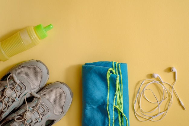 Set D'athlète Avec Des Vêtements Féminins, Des Haltères Et Une Bouteille D'eau Jaune Photo Premium