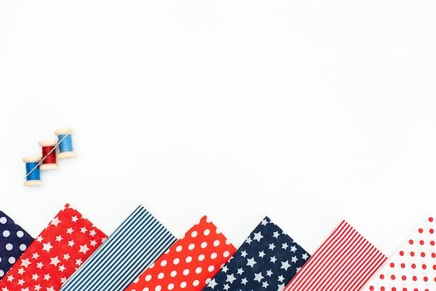 Set de couture: tissus et fils sur table en bois Photo Premium