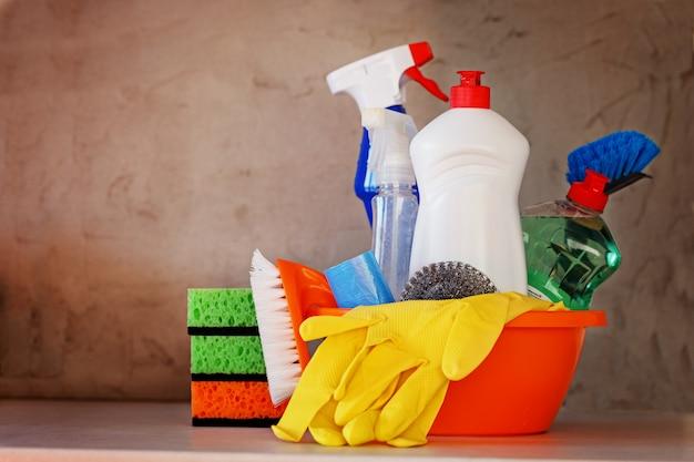 Set de nettoyage avec produits et fournitures sur la table de la cuisine Photo Premium