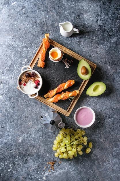Set de petit déjeuner avec du saumon et du yaourt Photo Premium