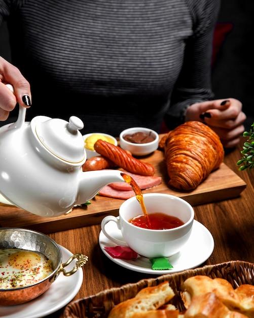 Set de petit déjeuner avec du thé noir Photo gratuit