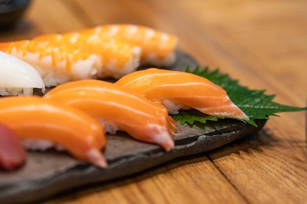 Set de sushi au saumon frais Photo Premium