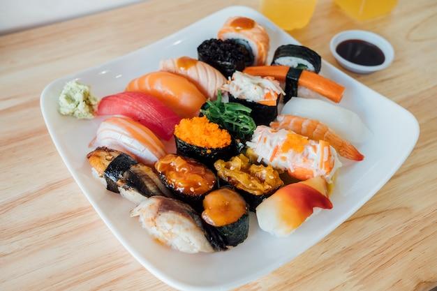 Set de sushi poisson cru Photo gratuit