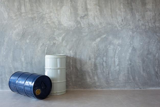 Un Seul Baril De Pétrole Sur Un Mur De Ciment Nu Photo Premium