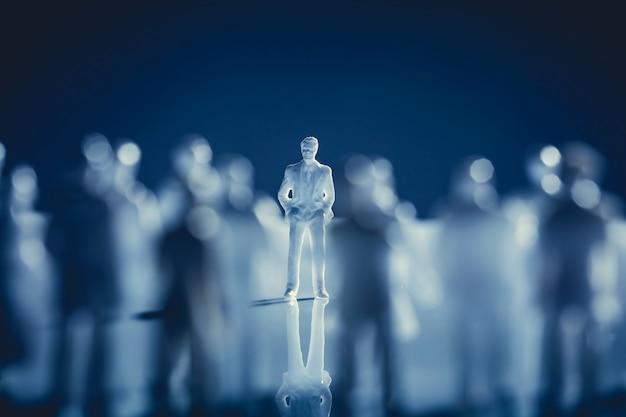 Seul homme debout dans une foule. Photo Premium