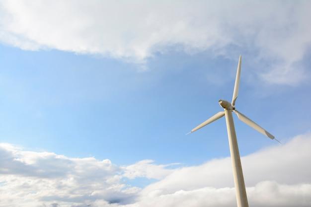 Seul moulin en face de ciel nuageux Photo Premium