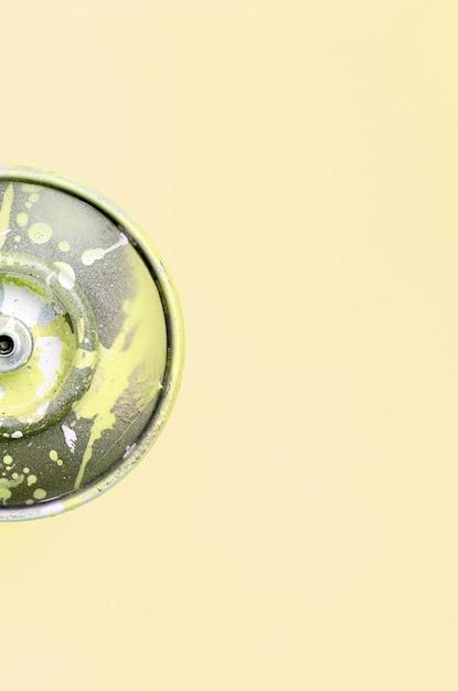 Une seule bombe aérosol utilisée pour les graffitis repose sur un fond de couleur pastel Photo Premium