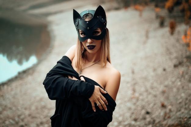 Sexy belle femme au masque de chat noir. Photo Premium