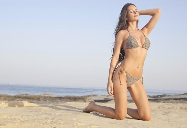 Sexy belle femme sur la plage Photo Premium